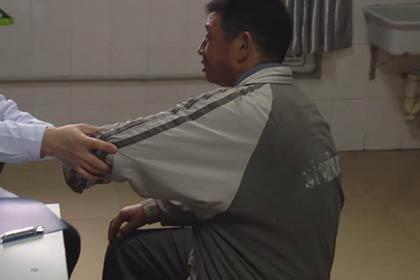 王怀庆主任正在为患者进行关节部位的检查,发现患者手臂关节有疼痛现象