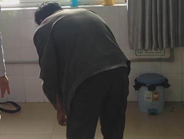 刚到医院治疗时,毛世明的病情严重,弯腰困难